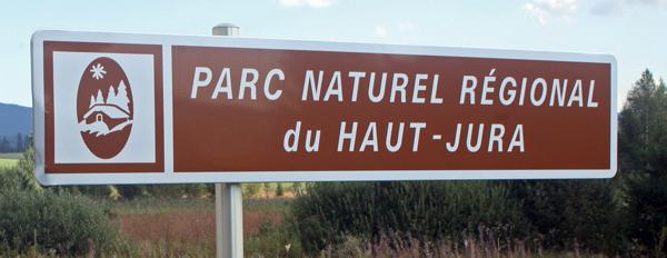 Schild Naturpark Hoher Jura im Département Ain