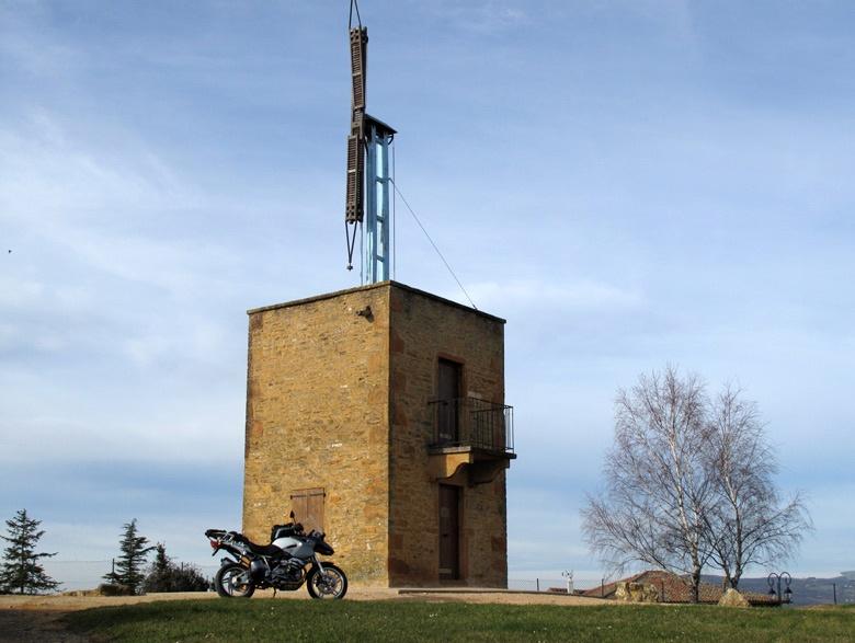 Im Bild erste Motorradtour im Jahr und Telegraphenturm im Beaujolais mit einem Motorrad BMW R 1200 GS im Vordergrund