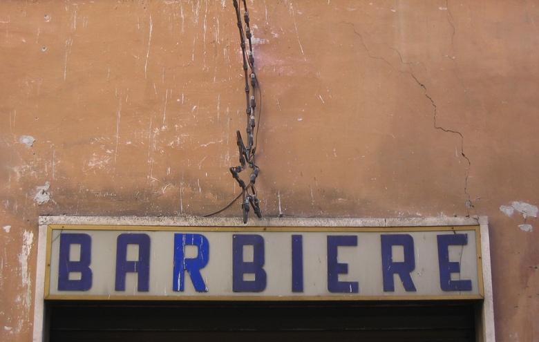 Altes Schild Barbiere über einem italienischen Friseursalon