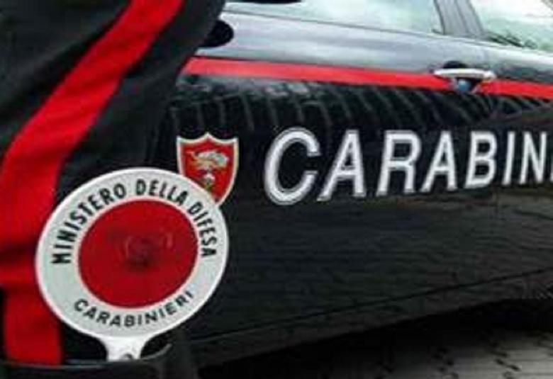 Bild von Carabinieri bei der Verkehrskontrolle mit einem Dienstwagen und einem Beamten mit der Winkerkelle im Stiefelschaft bei einer Motorradtour durch Umbrien