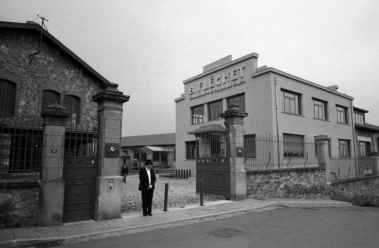 Eingang zur Hutfabrik Fléchet in Chazelles-s.-L. in Frankreich, dem Ziel der Motorradtour zum Hutmuseum