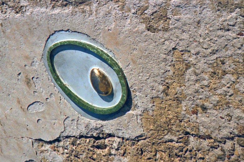 Bild einer Olive in Keramik an einer Hausmauer als Wahrzeichen des Sabinerlandes