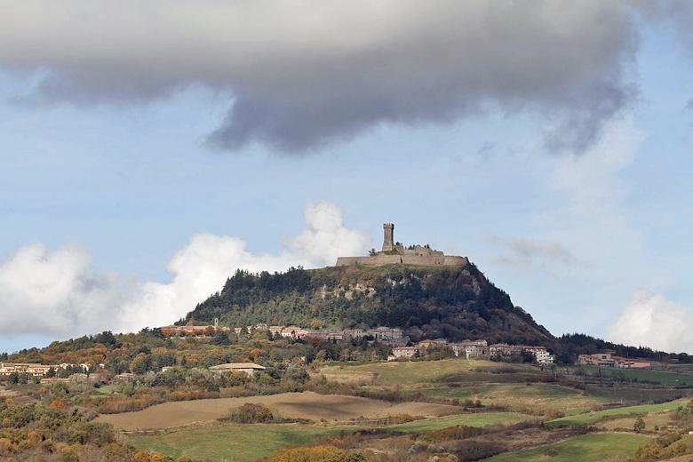 Bild vom Städtchen Radicofani auf dem Berg liegend mit Festungsturm