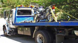 Bild vom Smart Packing eines Motorrades BMW R 1200 GS auf einem Tow Truck in Kalifornien