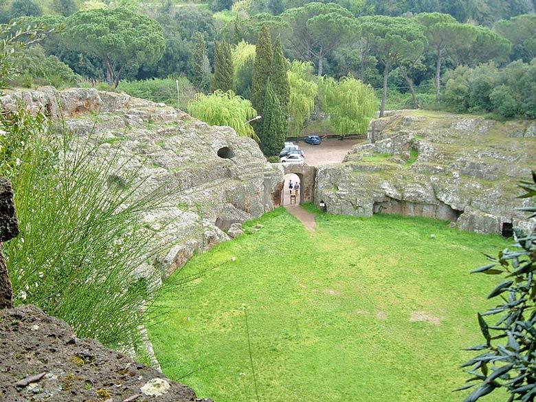 Amphitheater von Sutri mit angrenzendem Pinienwald und Parkplatz