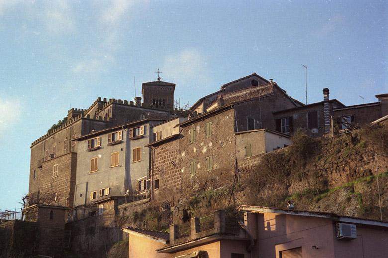 Bild der Altstadt von Sutri in Latium mit Festung und Kirche