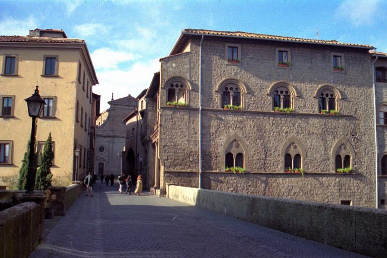 Bild vom mittelalterlichen Papstpalast von Viterbo in der Altstadt
