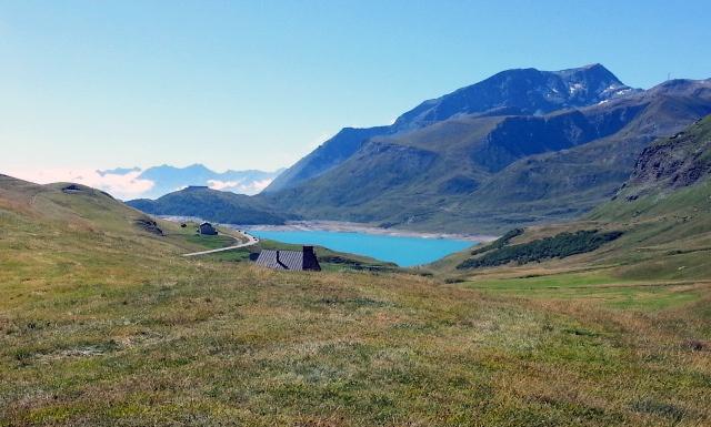 Berglandschaft mit dem Lac du Mont Cenis im Mittelgrund und einer hohen Bergkette im Hintergrund