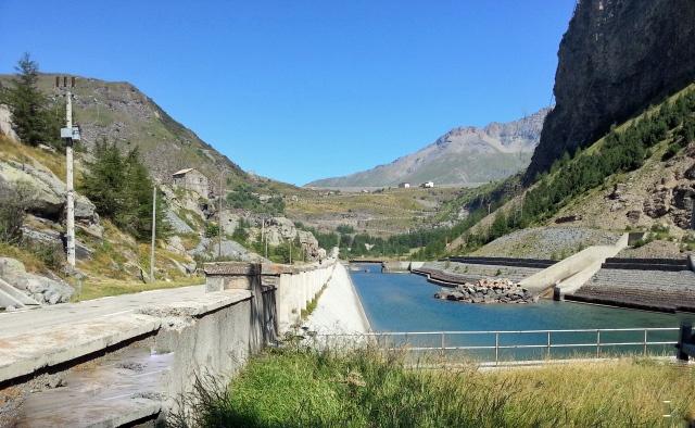 Südrampe des Mont Cenis, von der italienischen Seite aus gesehen mit dem Staudamm und einer Bergkette im Hintergrund