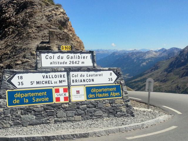 Schilder auf der Passhöhe des Col du Galibier mit Angabe der Höhe (2.642 m), den nächstgelegenen Orten und der beiden Départements, auf deren Grenze die Passhöhe liegt
