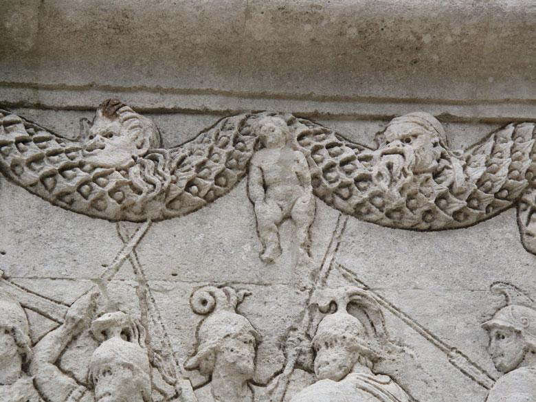 Schmuckrelief in der Römerstadt Glanum in Südfrankreich