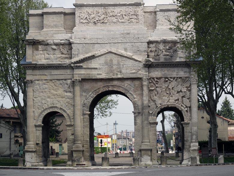 Römischer Triumphbogen in Nîmes, Station auf einer Motorradtour durch Provence und Camargue
