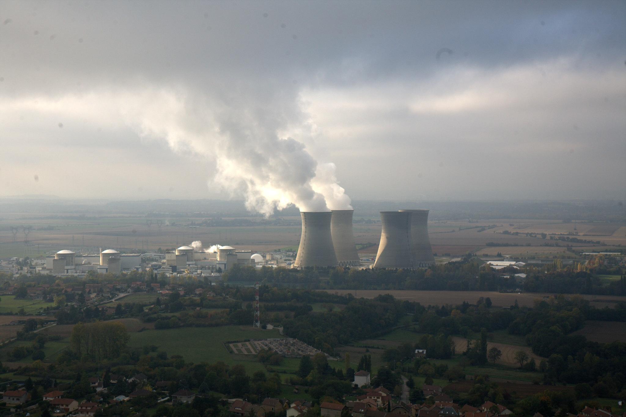 Kraftorte in der weiten Ebene: Blick auf das Kernkraftwerk Bugey bei Lyon mit vier 128 m hohen Kühltürmen und zwei Dampffahnen
