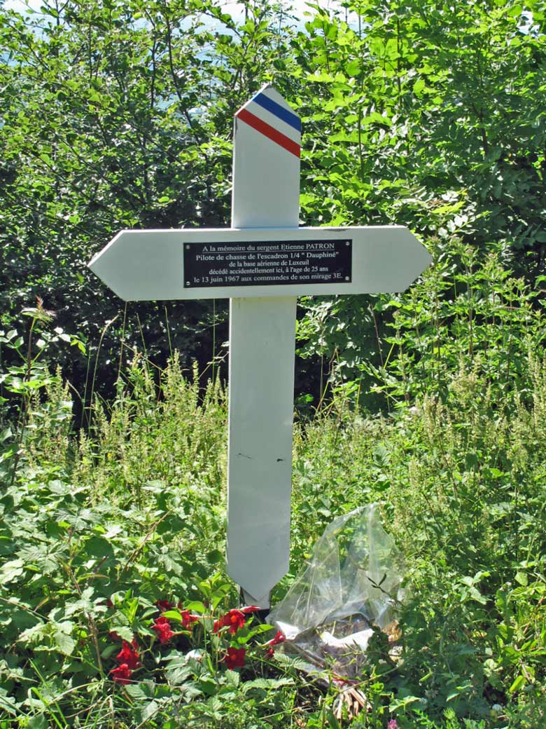 Bild von einem weißen Gedenkkreuz im Bugey für den Piloten einer abgestürzten Mirage IIIE