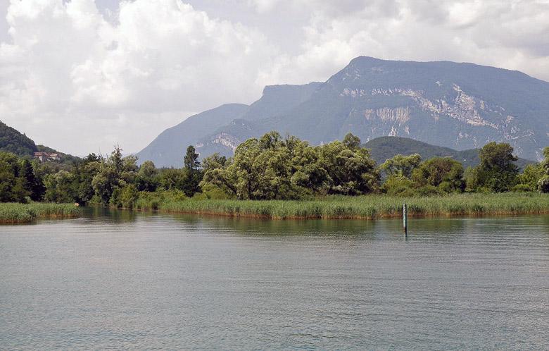 Bild des Col du Grand Colombier vom Lac de Bourget aus gesehen im französischen Departement Ain