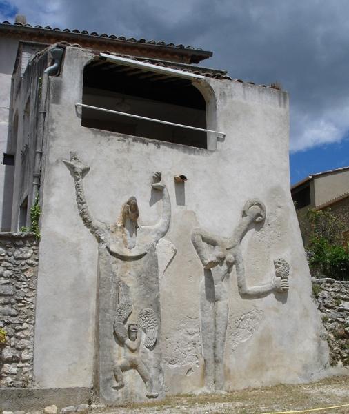 Bild von Max-Ernst Reliefs an seinem Haus in St-Martin in der Ardèche