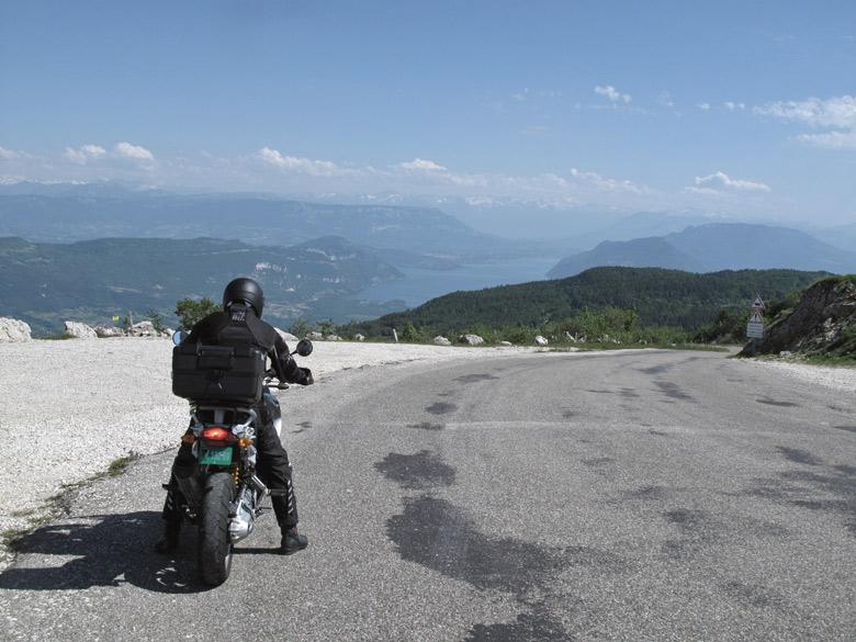 Panoramablick vom Col du Grand Colombier im Bugey aus auf den Lac de Bourget mit einem Motorradfahrer auf einer BMW R 1200 GS im Vordergrund