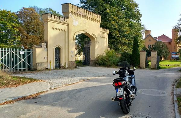 Bild von der Zufahrt zum Schloss Petzow bei einer Motorradtour um den Schwielowsee