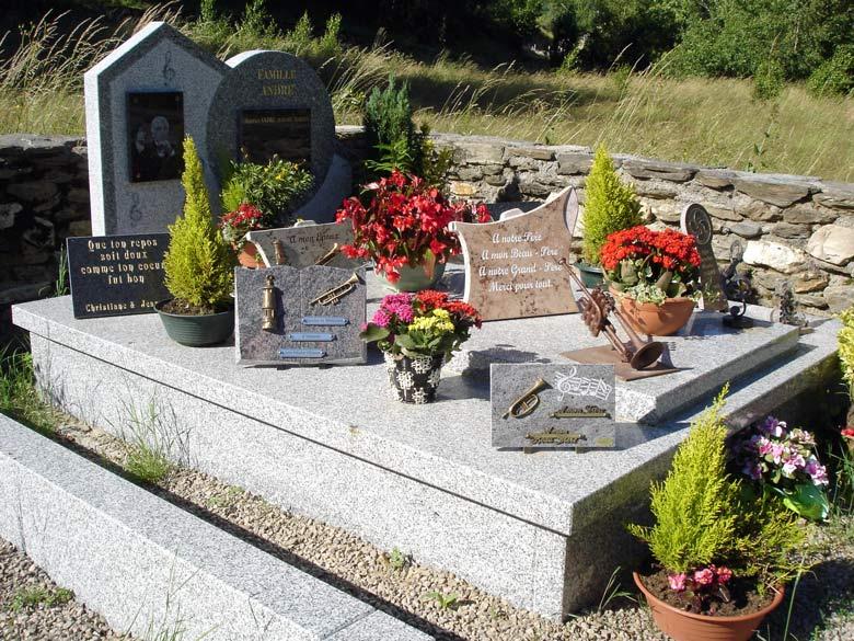 Bild vom Grab des Trompetenvirtuosen Maurice André in St-André in der Ardèche