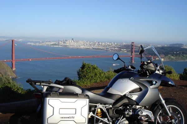 Bild von der Golden Gate Bridge mit San Francisco im Hintergrund und einem Motorrad BMW R 1200 GS im Vordergrund
