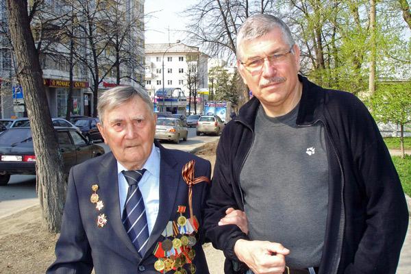 Bild von einem alten russischen Veteranen im Sonntagsanzug mit vollem Ordensschmuck