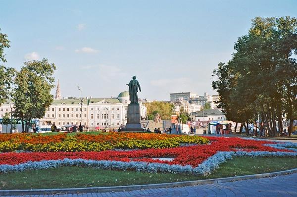 Bild von einer mit Tausenden Blumen bepflanzten Verkehrsinsel als Beispiel für die Blumenpracht in Moskau