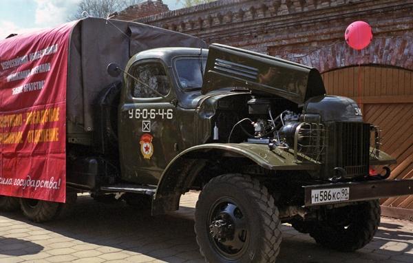 Bild von einem russischen Militärlastwagen in Sergijew Posad, der bei den Siegesfeiern zum 9. Mai zum Food Truck umgewidmet wurde