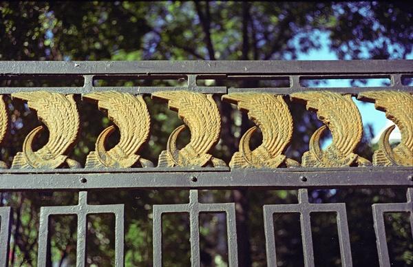 Bild von einem Gitterzaun mit Weizenbündel und Hammer und Sichel in Russland