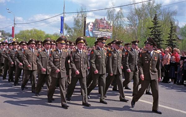 Bild der Maiparade in Sergijew Posad in Russland mit einer vorbeimarschierenden Truppe