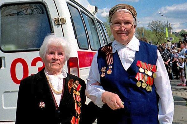 Bild von Veteraninnen in Sergijew Posad in Russland mit vollem Ordensschmuck am Tag des Sieges