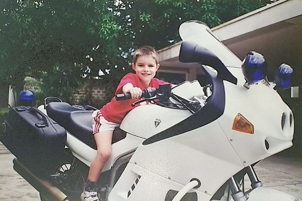 Kleiner Junge auf einem MZ-Polizeimotorrad als Beispiel für Motorradfahren mit Kindern