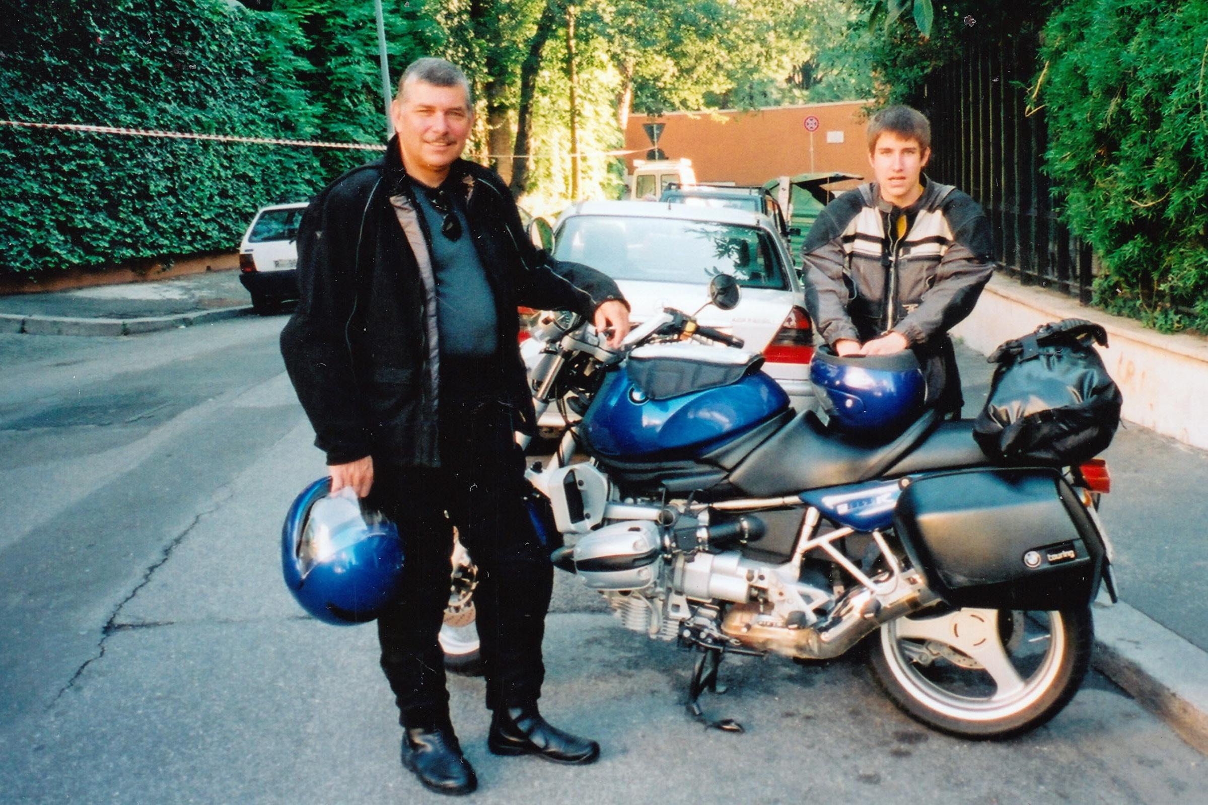 Motorradfahrer mit einem Jungen vor einer bepackten BMW R 1150 R auf großer Tour von Rom nach Bayern