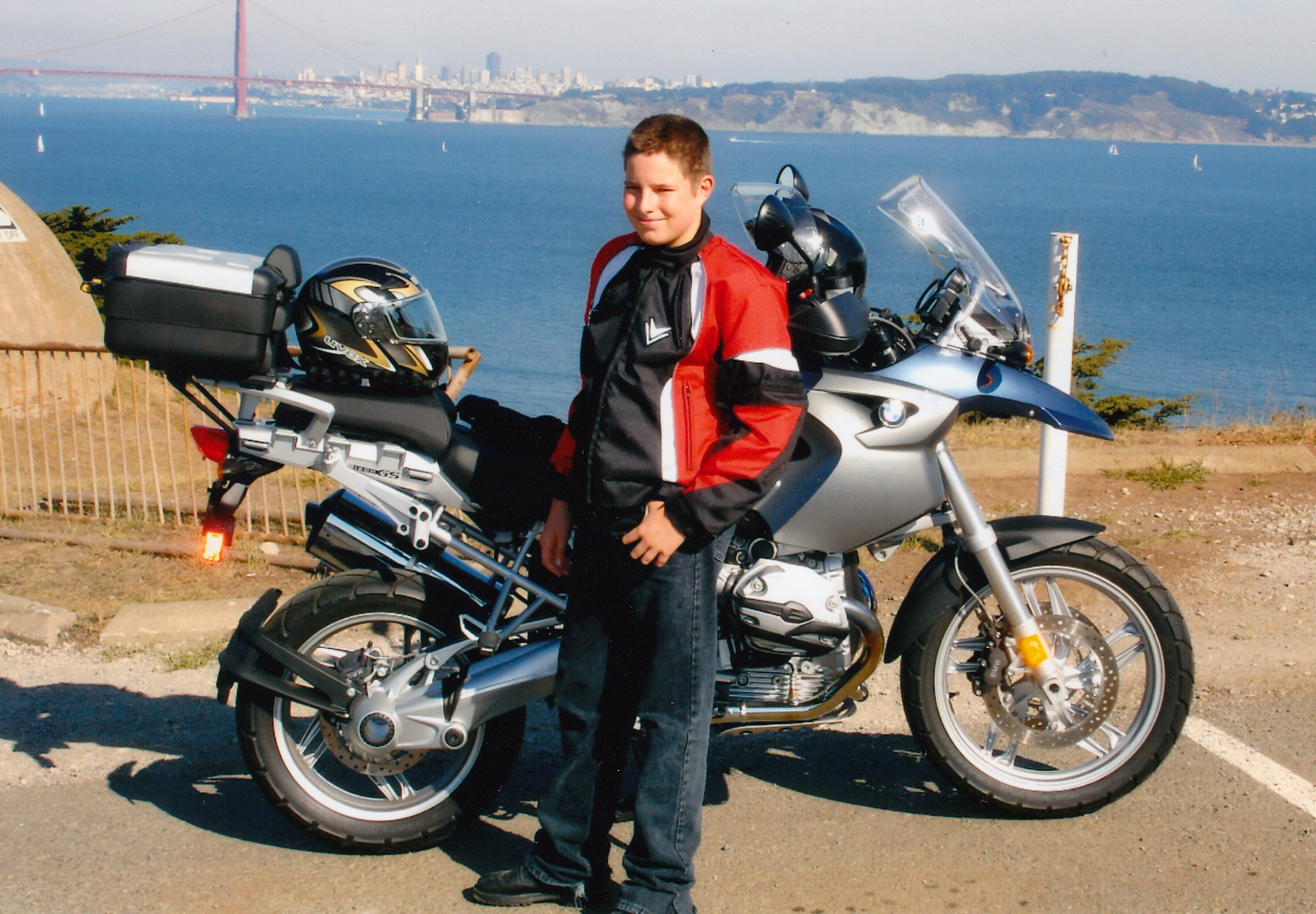 Schuljunge mit einer BMW R 1200 GS vor der Golden Gate Bridge in San Francisco