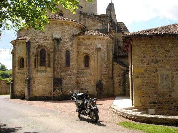 Romanische Kirche von Châteauneuf (Burgund) mit einem Motorrad BMW R 1200 GS im Vordergrund