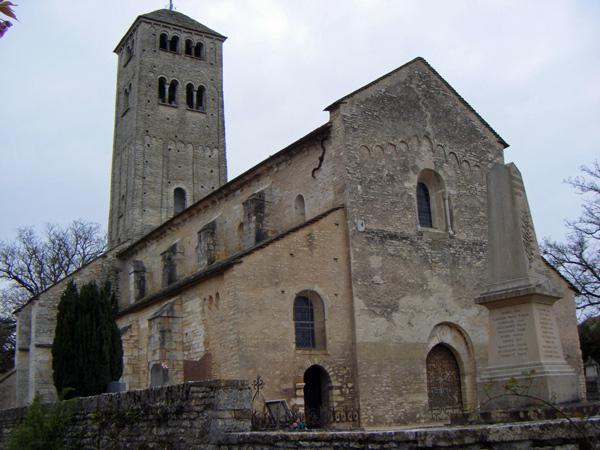 Romanische Kirche St-Martin Chapaize in Burgund im Bild mit Kriegerdenkmal im Vordergrund