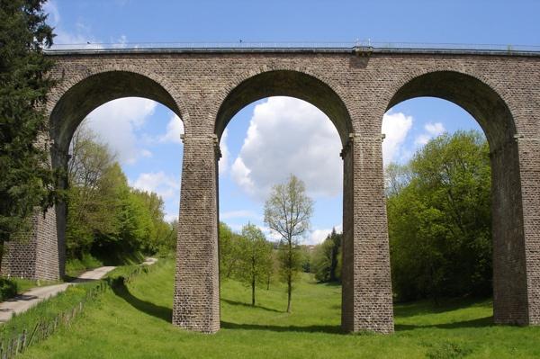 Eisenbahnbrücke bei Chateauneuf in Burgund mit Naturstreinstruktur