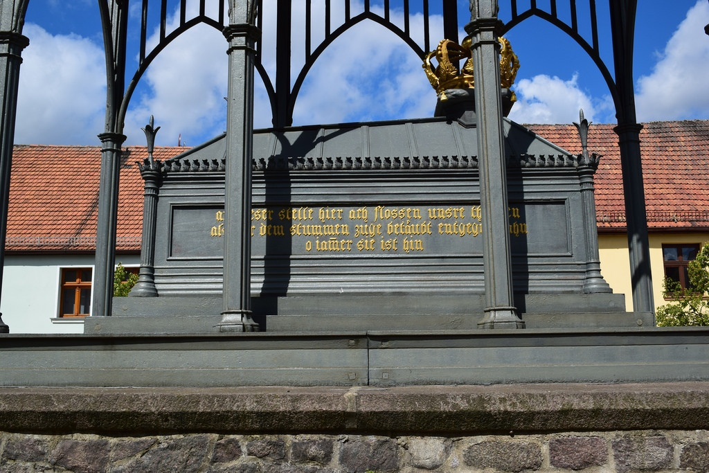 Bild vom gusseisernen Sarkophag als Denkmal Königin Luise Gransee in Brandenburg, gesehen bei einer Motorradtour im Land Ruppin