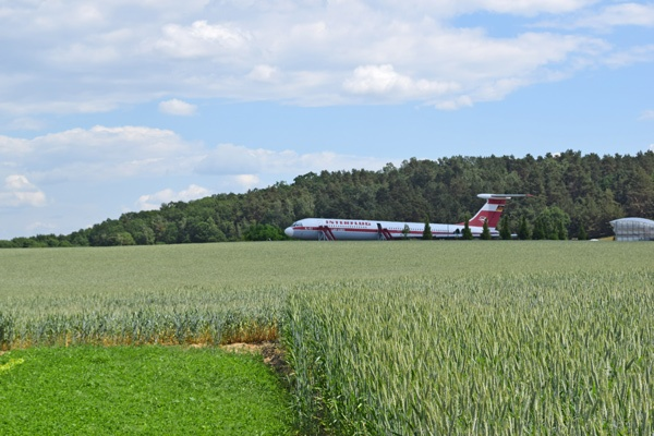 IL-62 Lady Agnes der ehemaligen Interflug auf einem Feld bei Stölln im Havelland