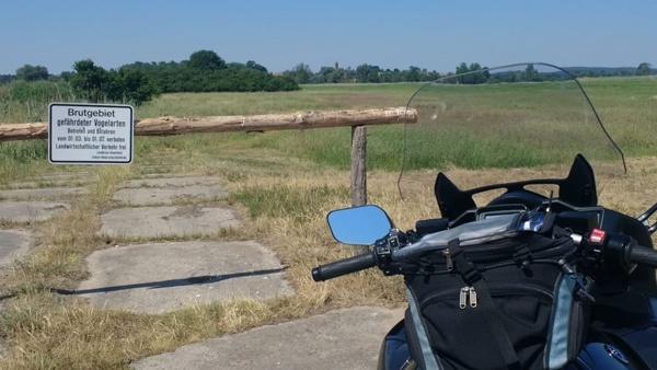 Vogelschutzgebiet Naturpark Westhavelland mit einem schwarzgrauen Motorrad Yamaha FJR 1300 im Vordergrund