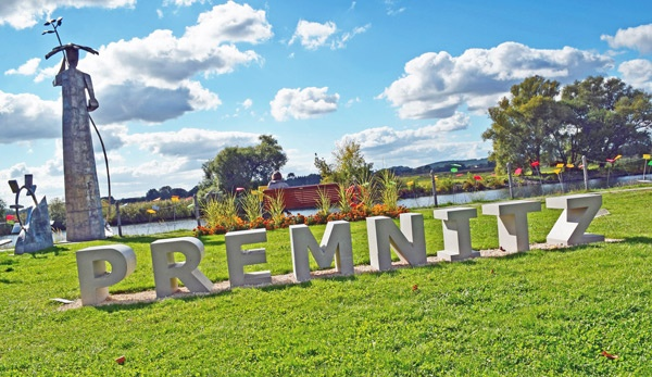 In Beton gegossene Buchstaben des Städtenamens in einem Park an der Havel