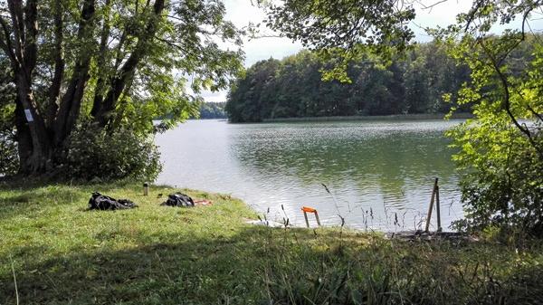 Bild von einer Rast am Kalksee bei Binenwalde in Brandenburg bei einer Motorradtour im Land Ruppin