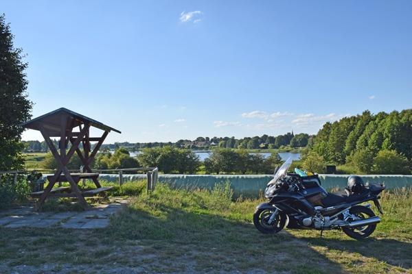 Bild von einer Rast am Vielitzsee in Brandenburg mit einem dunkelgrauen Motorrad im Vordergrund bei einer Motorradtour im Land Ruppin