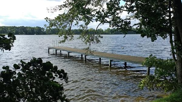 Bild vom Ruppiner See bei Karwe, Landkreis Ostprignitz-Ruppin, mit einem Bootssteg im Vordergrund