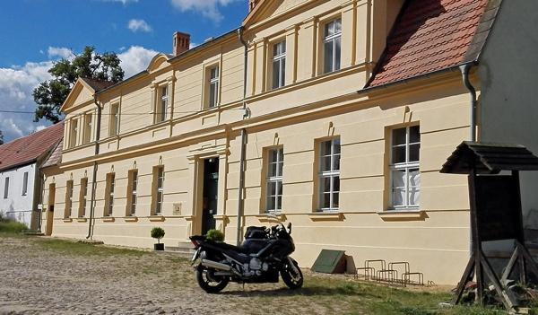 Bild von Schloss Köpernitz Strassenseite mit einem dunkelgrauen Motorrad Yamaha FJR 1300 im Vordergrund