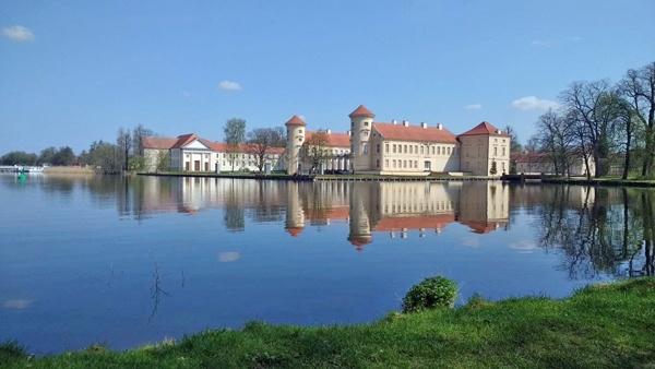 Bild von Schloss Rheinsberg, vom Park aus über den See gesehen bei einer Motorradtour im Land Ruppin