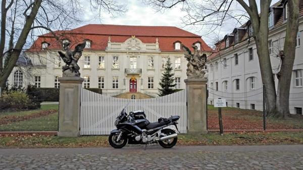 Bild von Schloss Wustrau Strassenseite mit einem dunkelgrauen Motorrad Yamaha FJR 1300 im Vordergrund