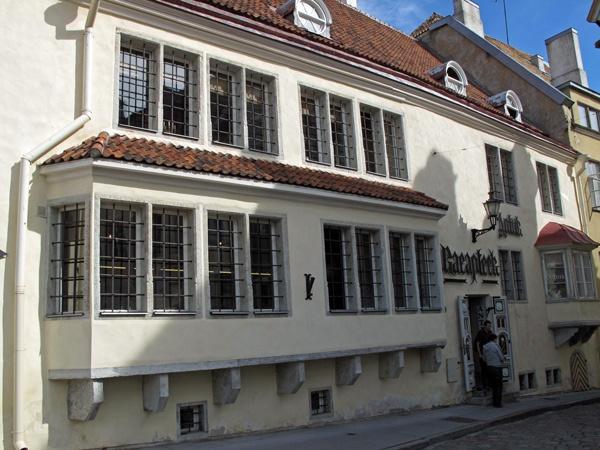 Bild der Ratsapotheke Tallinn aus dem Jahr 1422 - eine der ältesten Apotheken in Europa, die heute noch in Betrieb sind