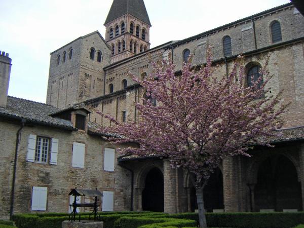 Kirche von Tournus  in Burgund mit Kreuzgang