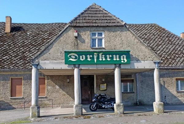 Bild von einem Vorlaubenhaus in Herzberg, Landkreis Ostprignitz-Ruppin, mit dem Schild Gaststätte