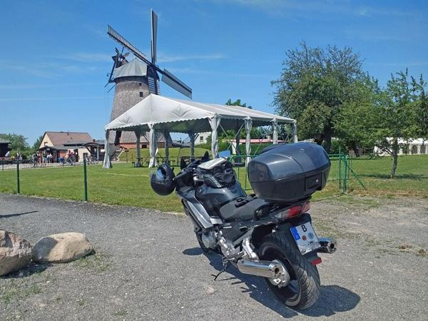 Bild der Holländermühle Straupitz im Spreewald mit einem schwarzgrauen Motorrad Yamaha FJR 1300 im Vordergrund
